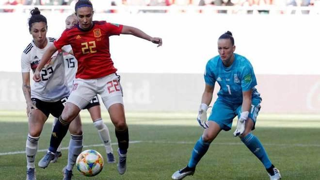 Nahikari controla el balón ante la portera de la selección alemana,...