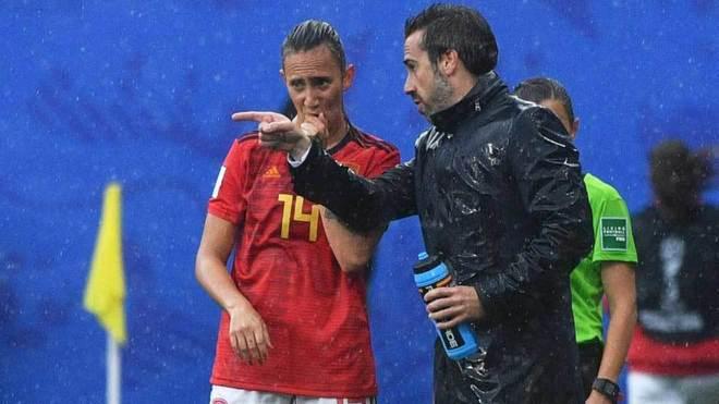 Vilda charla con Virgina Torrecilla en un momento del partido ante...