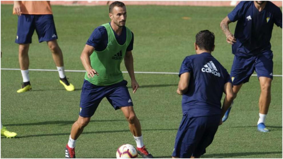 Servando Sánchez, con el balón durante un entrenamiento