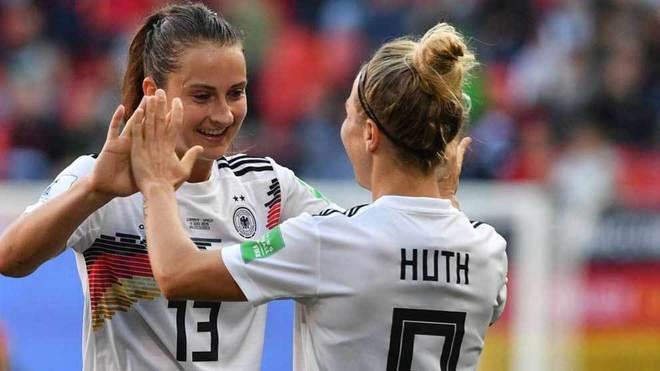 Huth felicita a Däbritz por el gol que marcó ante España.