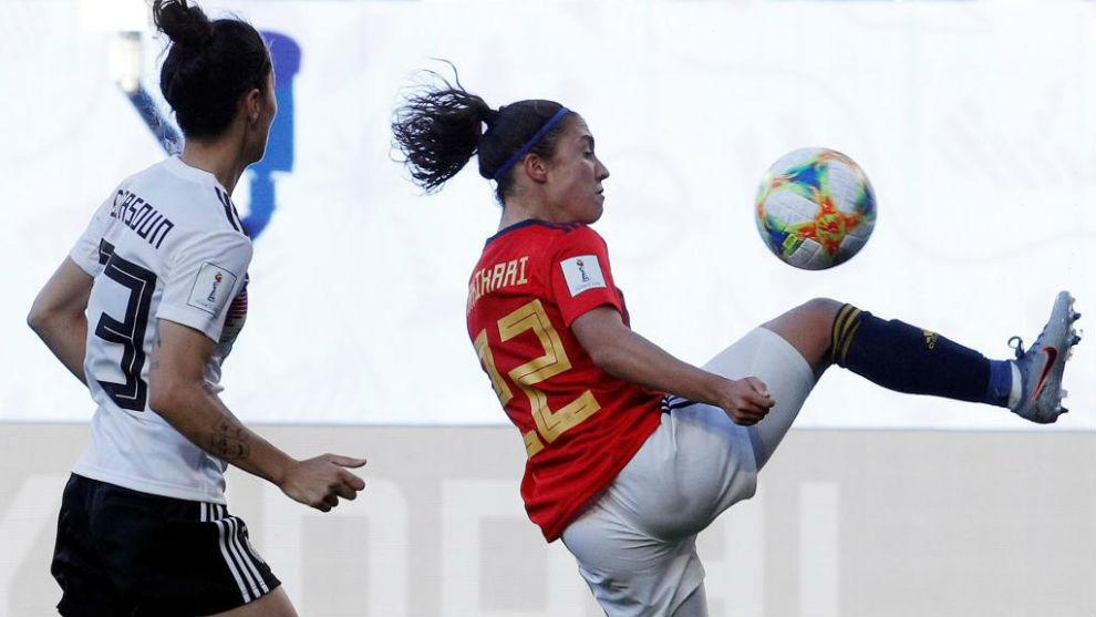 Nahikari García puja por un balón con una defensa alemana.