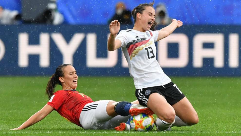 Virginia Torrecilla realiza una entrada sobre una rival alemana.