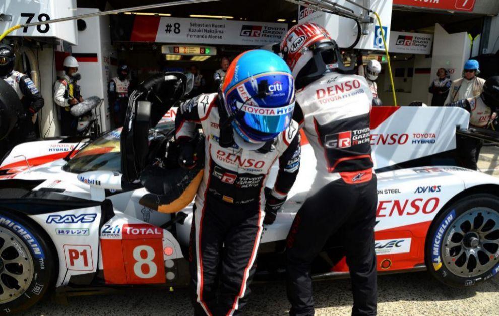 Alonso intercambia el volante del Toyota con Nakajima.