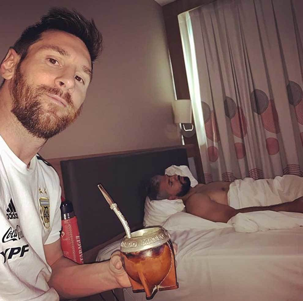 Barcelona Messi Plays Joke On Sleeping Aguero Having Mates With My Roommate Marca In English