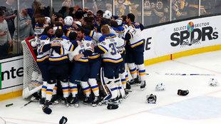 Los jugadores de los Blues celebran el triunfo en la Stanley Cup