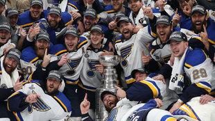 Los jugadores de los Blues con la Stanley Cup