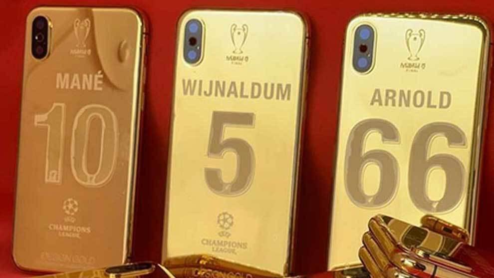 Los jugadores del Liverpool recibieron un iPhone X con una funda...