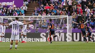 Los jugadores del Valencia celebran el 0-2 logrado por Rodrigo en el...