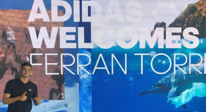 Ferran Torres en su visita a la central de Adidas en Alemania.