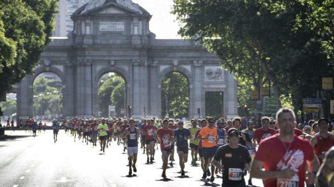 Los corredores, a su paso por la puerta de Alcalá.