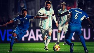 Leo Messi se zafa de dos rivales en un partido anterior.