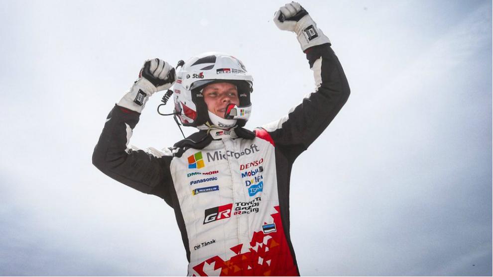 El piloto de Toyota festejando hace dos semanas su triunfo en el Rally...