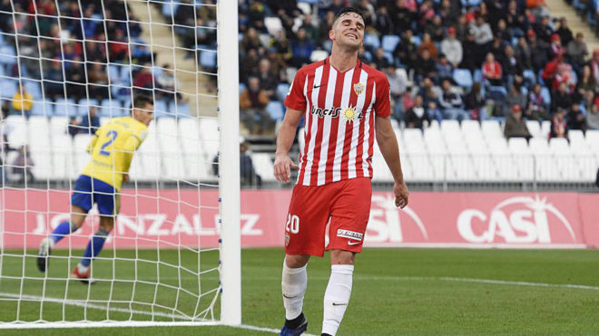 Álvaro Giménez se lamenta en un partido del Almería.