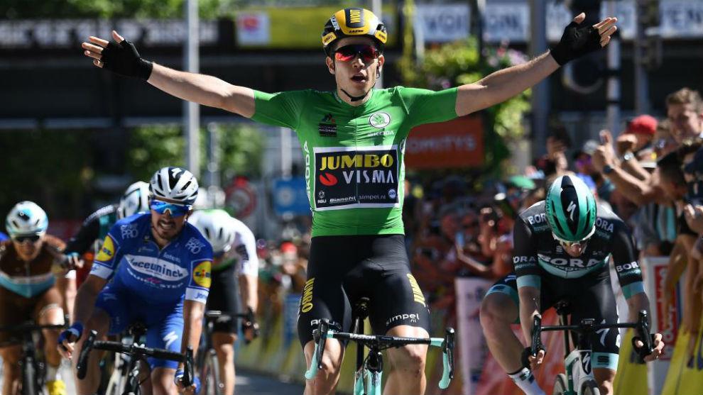 Van Aert celebrando en meta su triunfo de etapa.