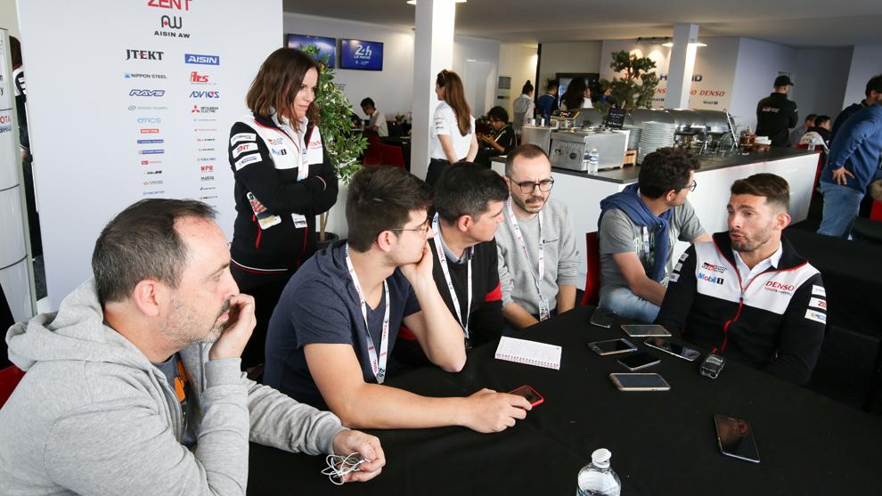 Pechito López, atendiendo a la prensa española en Le Mans.