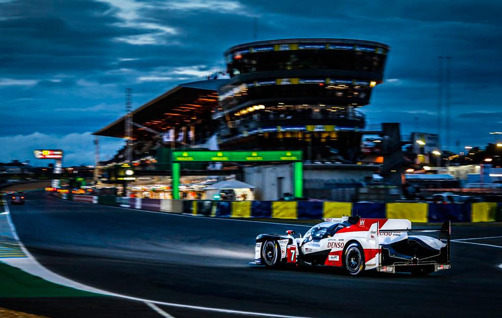 El Toyota TS050 Hybrid #7, en la noche de Le Mans.