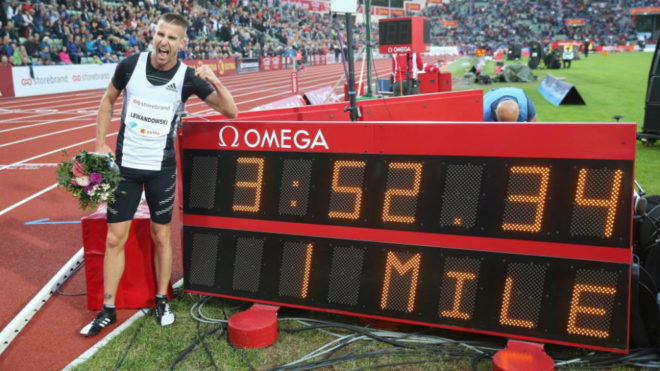 Marcin Marcin Lewandowski posa junto a su nuevo récord polaco de la...