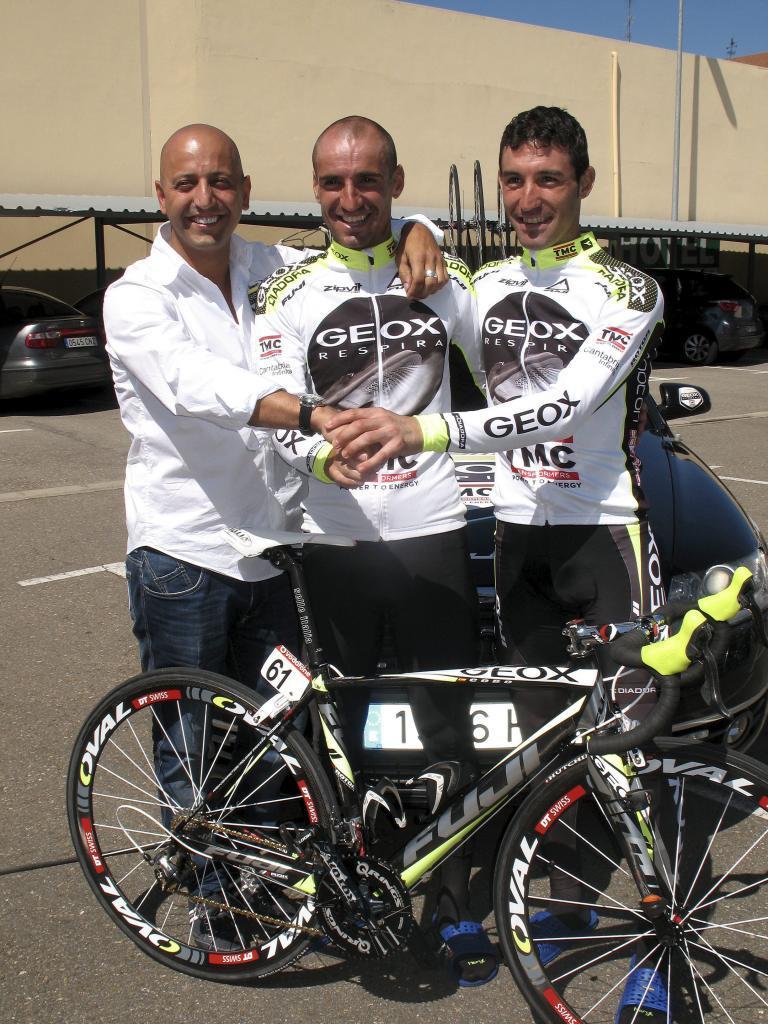 Matxin, <HIT>Cobo</HIT> y De la Fuente, felices y ajenos al problema que se les presentaría luego, en plena Vuelta a España