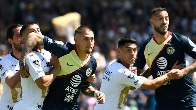 Nico y Mora durante un Clásico Capitalino.