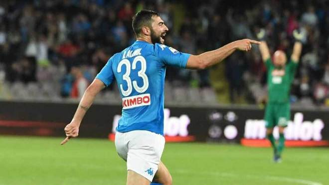 Raúl Albiol celebra un gol con el Nápoles.