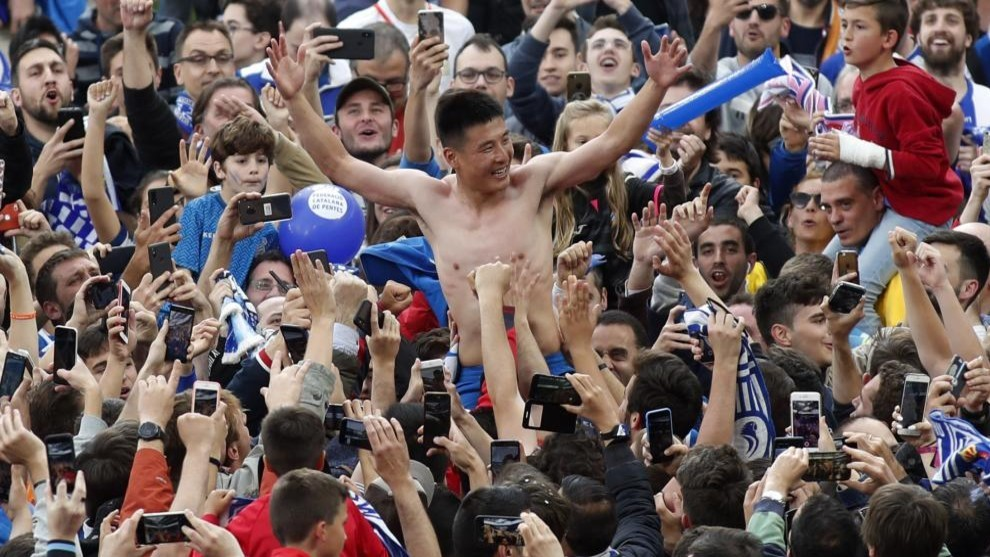 Wu Lei is lifted by the fans after Espanyol qualify for Europe.
