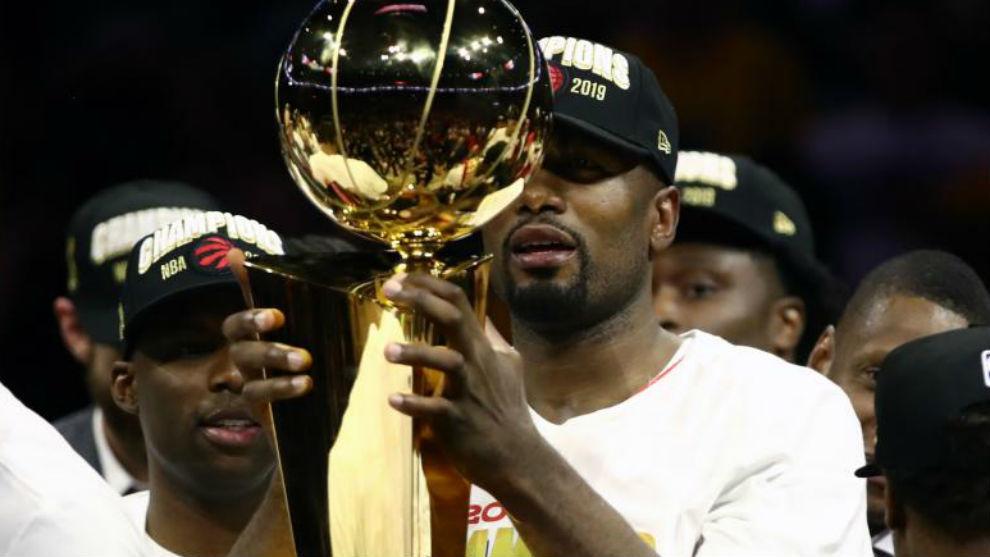 Ibaka celebrando el título de la NBA.