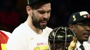 Marc Gasol mira emocionado el trofeo de la NBA.