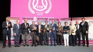 Los miembros del Salón de la Fama del tenis madrileño. Con ellos,...