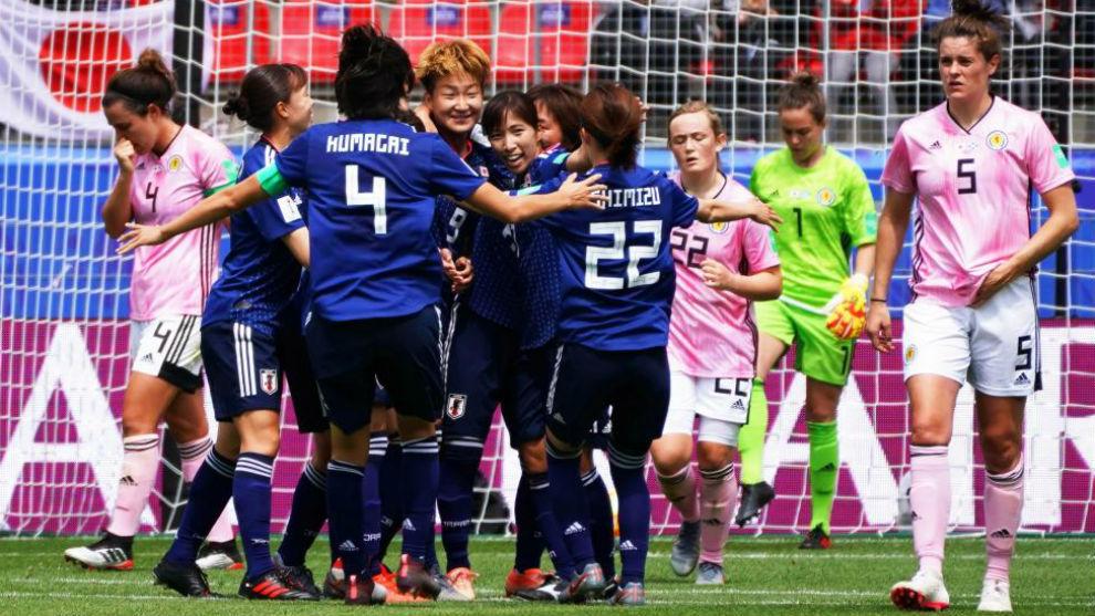 La delantera japonesa Yuika Sugasawa celebra con sus compañeras el...