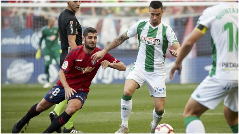 Jaime Romero protege el balón del acoso de Fran Mérida