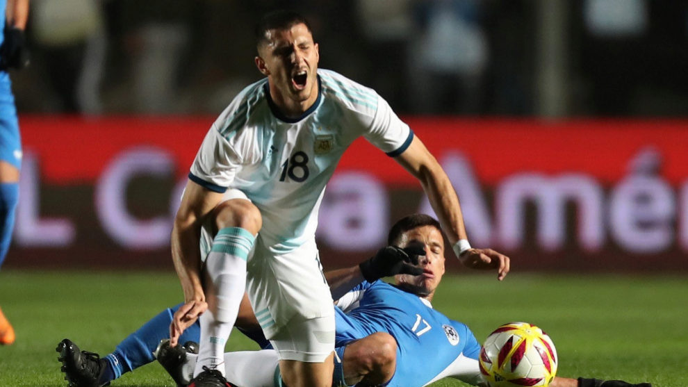Guido Rodriguez in action for Argentina.