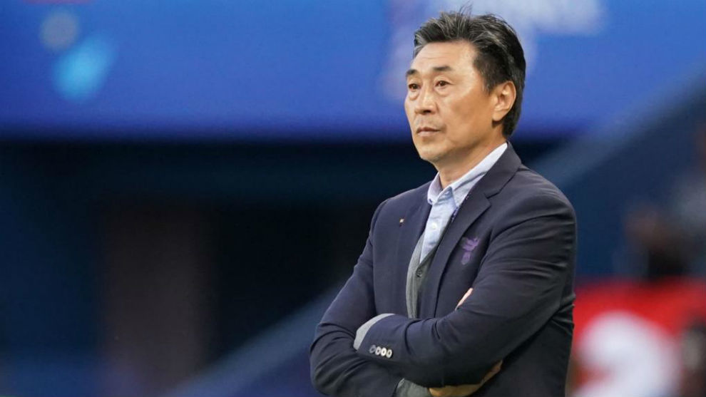 Jia Xiuquan dirigiendo un partido de China en este Mundial.