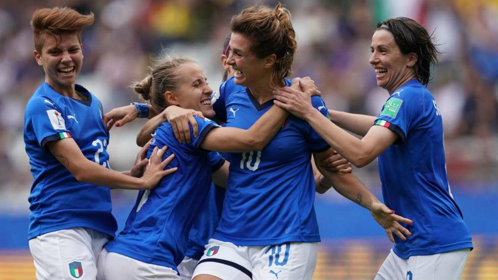 Las jugadoras de Italia celebran uno de sus cinco goles ante Jamaica.