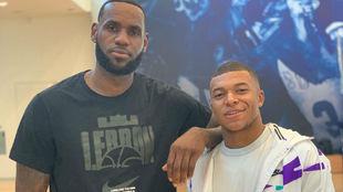 Kylian Mbappé posa junto a la estrella de la NBA, LeBron James