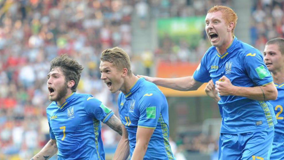 Los jugadores Tsitaishvili, Konoplia y Bodnar celebran un gol