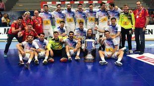 La selección española, posando con el trofeo de campeona de la Euro...