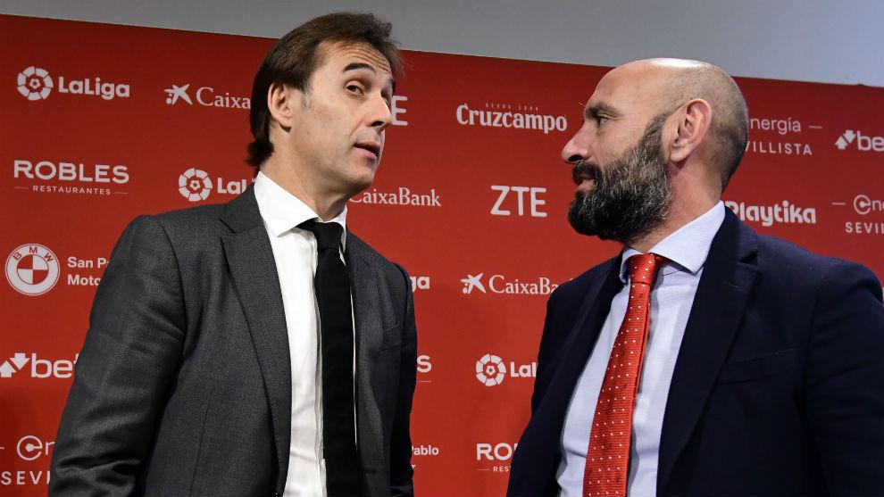 Julen Lopetegui (53) y Monchi (50) dialogan en la presentación del...