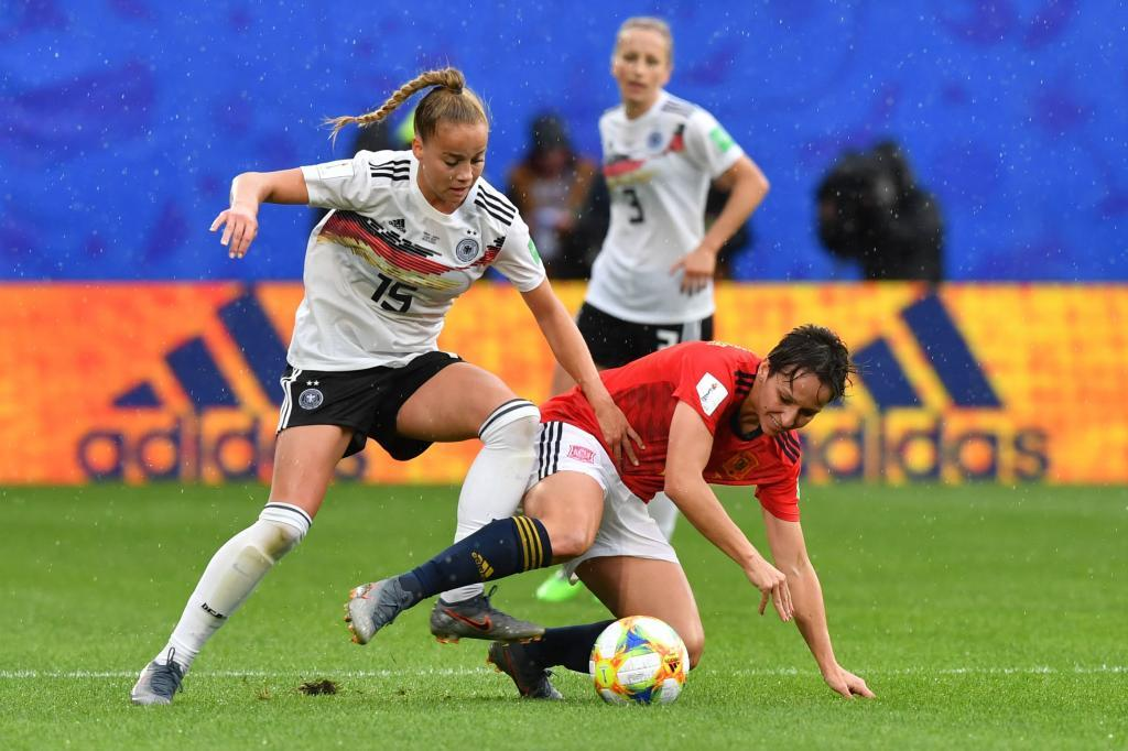 Marta Corredera puja con una futbolista alemana durante el Mundial.
