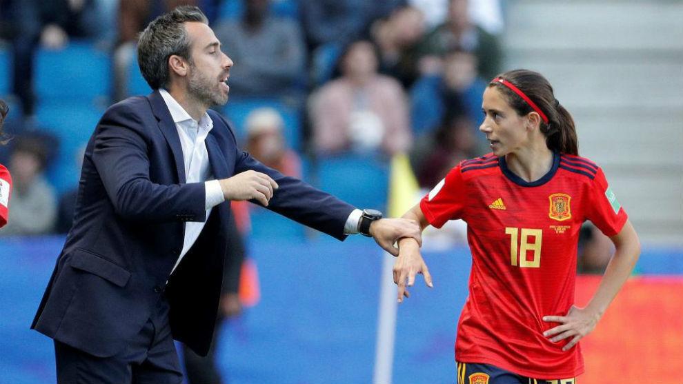 Jorge Vilda da instrucciones a Aitana Bonmatí durante un partido,