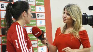 Inma Rodríguez haciendo una entrevista a Silvia Meseguer,
