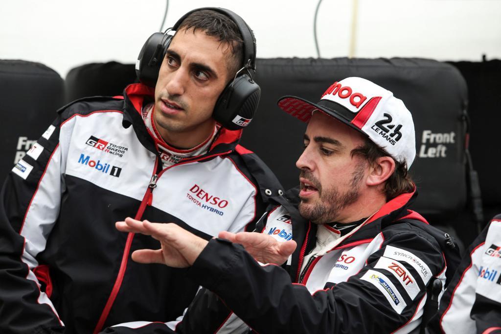 GRAF7709. LE MANS (FRANCIA), 13/06/2019.- El español Fernando Alonso, (dch), que lidera, a bordo de su Toyota TS050 Hybrid, junto al japonés Kazuki Nakajima y el suizo Sebastien <HIT>Buemi</HIT>, el Mundial de Resistencia (WEC, en siglas inglesas), prepara en el circuito de Sarthe las 24 Horas de Le Mans que se disputa este fin de semana. EFE/TOYOTA GAZOO/JAMES MOY SOLO USO EDITORIAL NO VENTAS