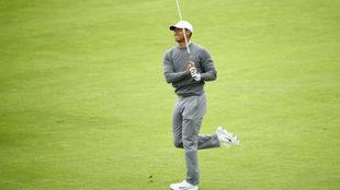 Tiger Woods observa la trayectoria de su bola.