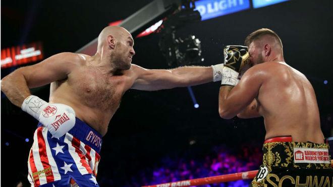 Tyson Fury golpea el rostro de Schwarz.