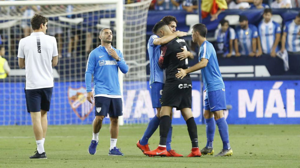 Los jugadores del Málaga consuelan a Munir.