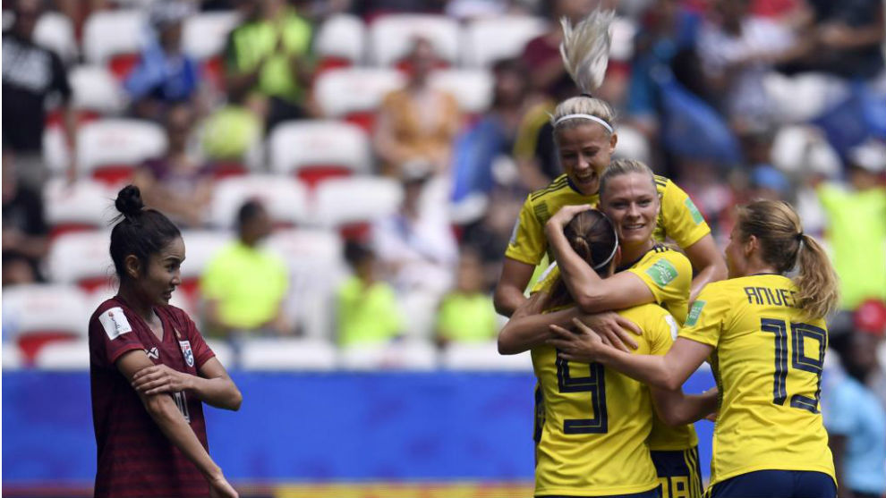 Las jugadoras de Suecia celebran uno de sus tanto ante Tailandia.
