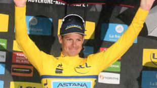 Fuglsang celebrando su triunfo en el Dauphiné.
