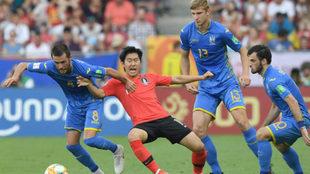 Kangin rodeado de jugadores de Ucrania.