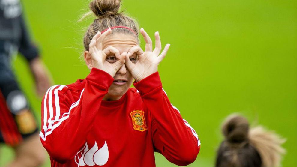 Alexia Putellas bromeando durante un entrenamiento.