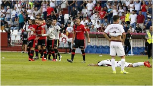 La alegría de los jugadores del Mallorca contrasta con la tristeza de...