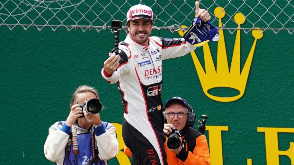 Alonso, celebrando el título en Le Mans.